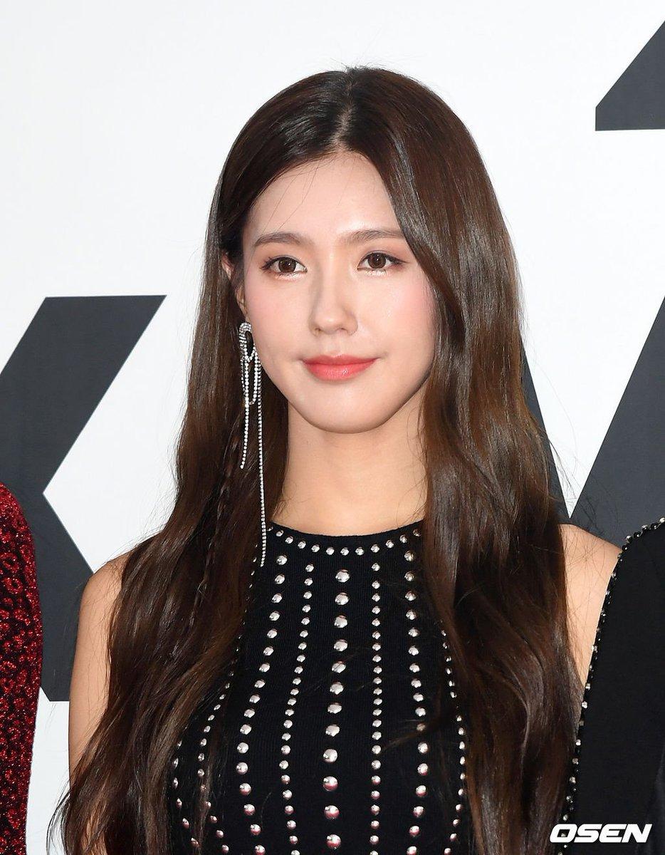 Vẻ đẹp của Mi Yeon cũng bị cho là khá nhạt và hiền, tùy vào concept mới có thể nổi bật.