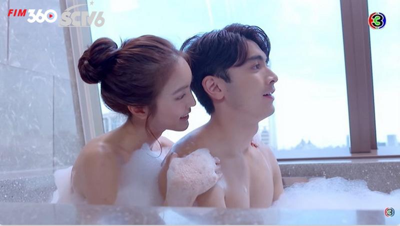 Phân cảnh tắm chung trong trailer đã bị cắt khi phim lên sóng.