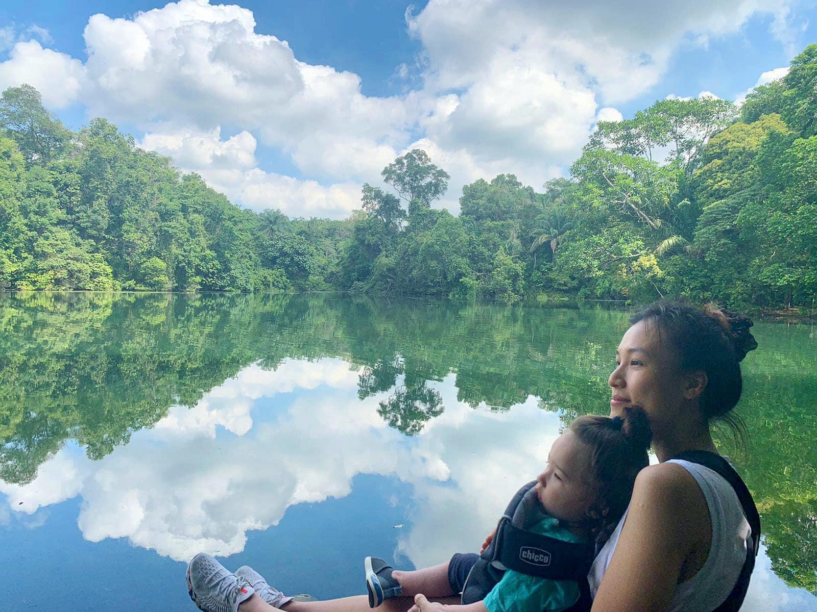 Hoàng Oanh bình yên ngắm mây trời cùng con trai.
