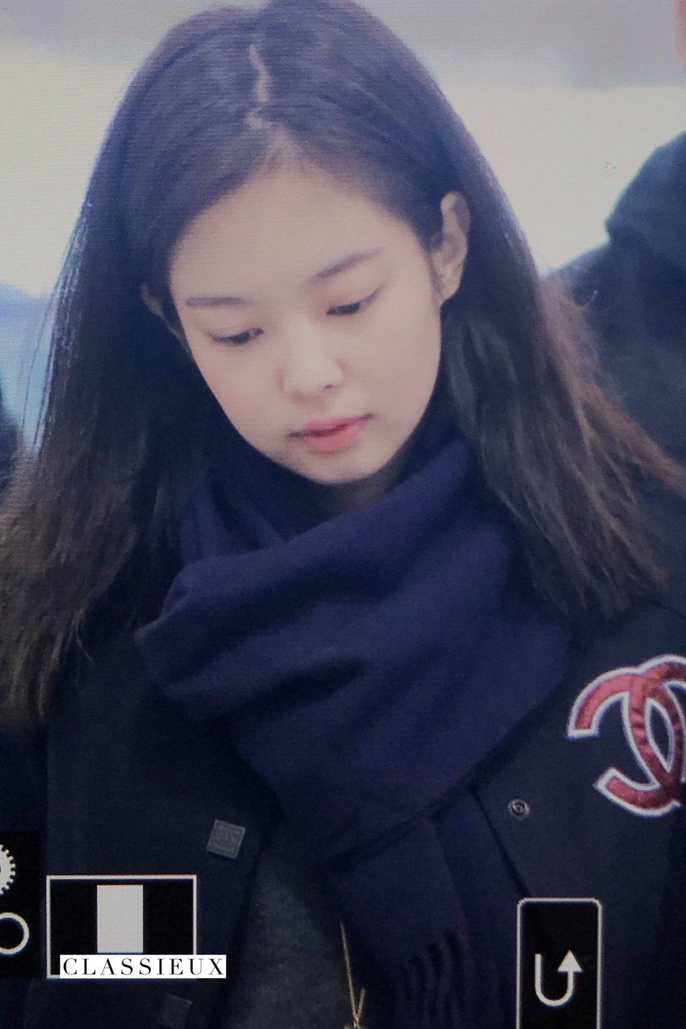 Jennie hoảng loạn trùm kín mặt khi về Hàn, nghi bị chứng sợ sân bay - 10
