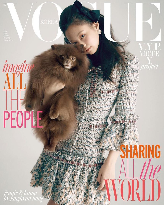 Mỹ nhân nhà YG còn lấy tên chú cún Kuma của mình để đặt cho thiết kế kính mắt kết hợp với Gentle Monster. Bên cạnh đó, cô từng cùng Kuma xuất hiện trên trang bìa Vogue Korea số tháng 5/2020.