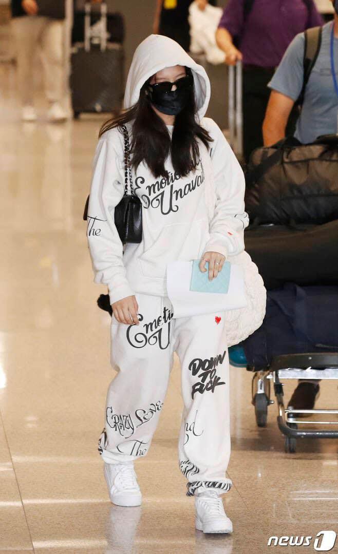 Kết thúc chuỗi ngày công tác ở Los Angeles, Mỹ, Jennie vừa hạ cánh ở Hàn Quốc. Lâu lâu mới xuất hiện ở sân bay, nữ idol lập tức gây sốt vì vẫn giữ phong độ mặc đẹp chuẩn nữ hoàng sân bay. Dù che kín mặt, mỹ nhân Black Pink vẫn khoe được thần thái ngút ngàn với outfit chỉ có hai tông màu đen - trắng.
