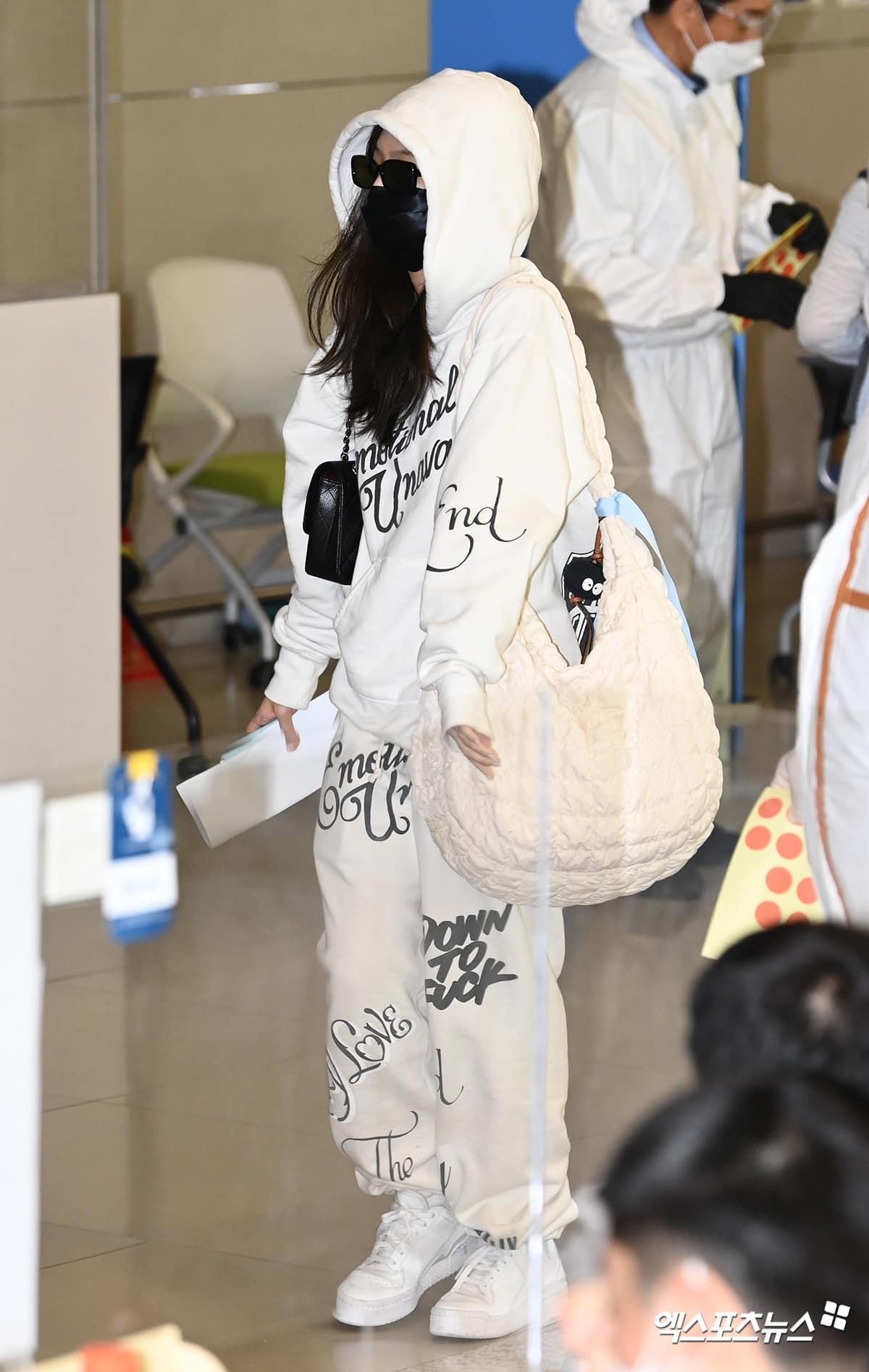 Jennie được khen cưng xỉu khi diện cả cây đồ nỉ trùm kín đầu, kết hợp giày thể thao và chiếc túi oversized cute phô mai que. Set đồ trông sang xịn hơn khi được Jennie mix cùng túi Chanel và kính Gentle Monster.