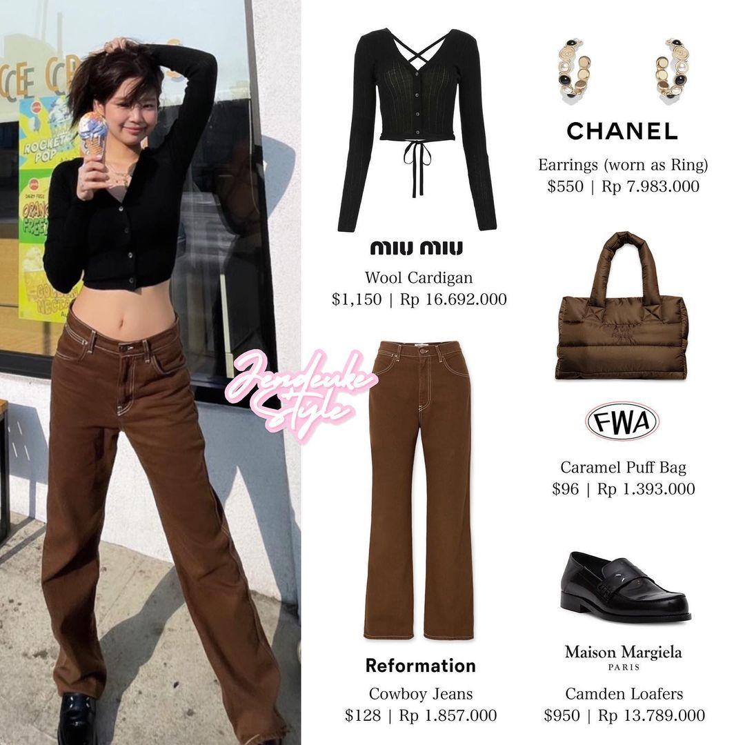 Bộ trang phục gồm cardigan hở lưng táo bạo cùng quần jeans ống thụng được các fan khen nức nở vì giúp Jennie khoe lưng nuột, eo con kiến.