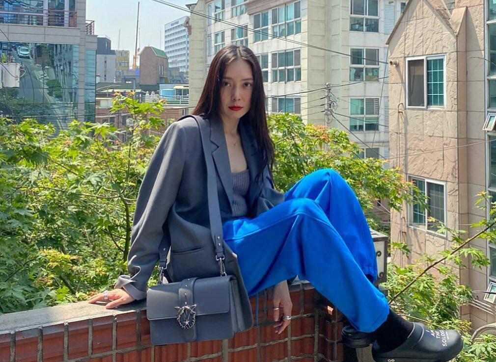 Đứng sau những outfit siêu xịn xò của Tae Yeon là Um Ah Reum - stylist có tiếng của Hàn Quốc, hợp tác với Tae Yeon từ đợt Happy. Không hổ danh là stylist của idol hàng đầu, Um Ah Reum cũng sở hữu phong cách rất phá cách, thời thượng.