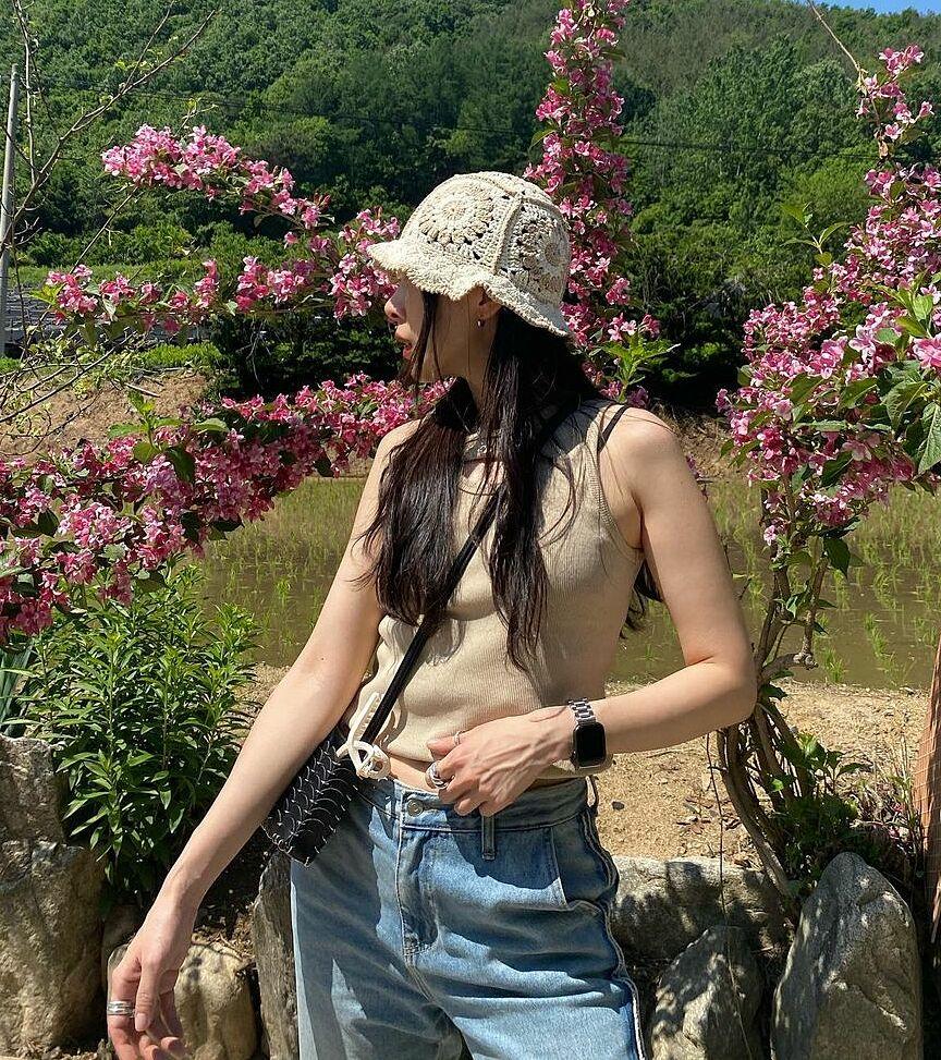 Không chỉ có phong cách xịn xò, stylist của Ah Reum còn có vóc dáng mảnh mai và thần thái không thua các ngôi sao, vì thế những bức hình street style của cô trông cực kỳ bắt mắt. Ngoài Instagram với hơn 17 nghìn người theo dõi, Ah Reum còn sở hữu một kênh Youtube chuyên chia sẻ về phong cách.