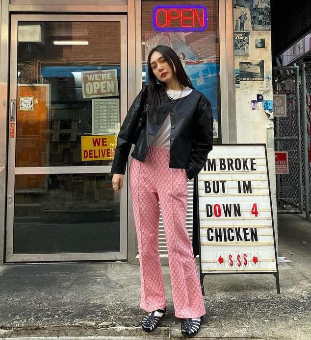 Có thể thấy rõ chất retro hoài cổ trong những set đồ đời thường của Ah Reum. Nàng stylist khéo léo mang phong cách đậm dấu ấn cá nhân vào những set đồ của Tae Yeon, giúp nữ idol có nét cổ điển nhưng vẫn trẻ xinh, nhí nhảnh.