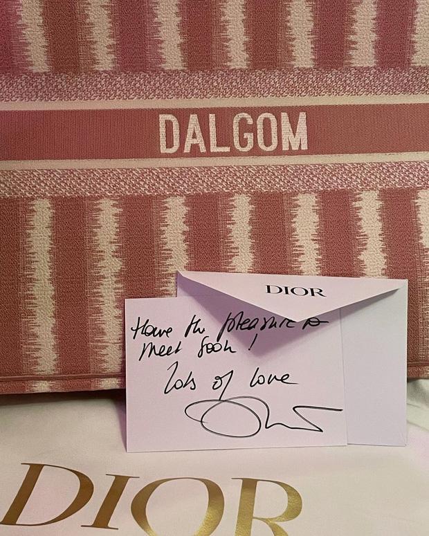 Quà tặng Dalgom là một chiếc túi xách thuộc dòng Tote Book, được thêu tên của bé cún rất trang trọng. Giá bán của chiếc túi xách này lên tới 3.400 USD (khoảng 78 triệu đồng).