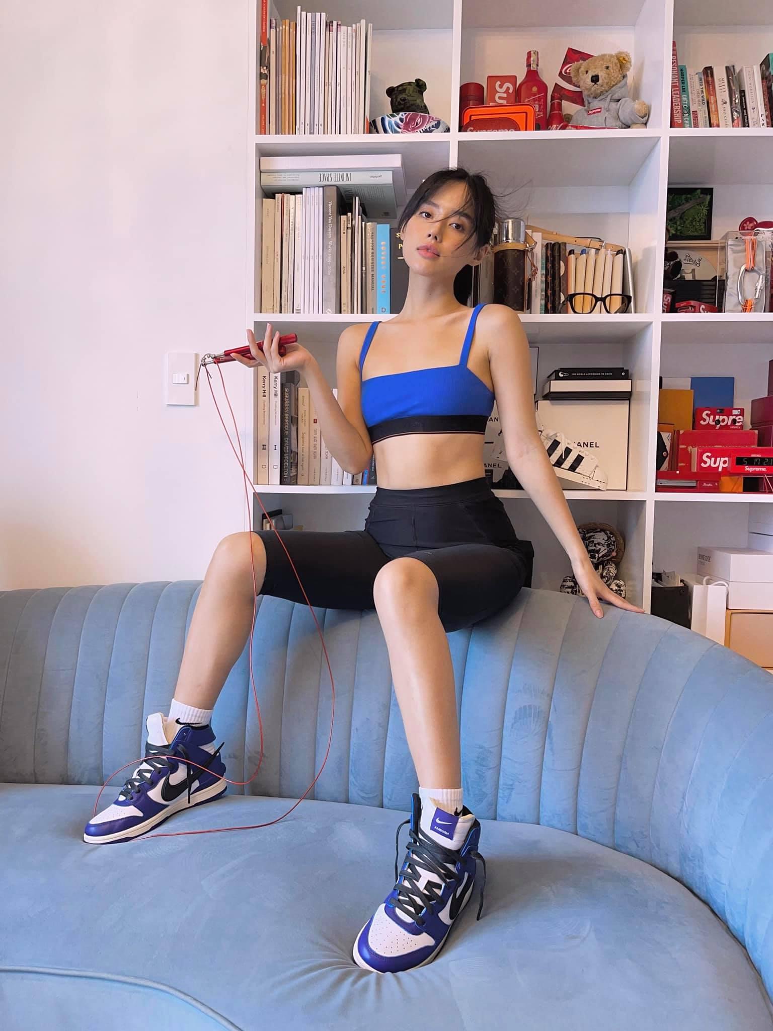 Khánh Linh ở nhà nhảy dây nhưng vẫn lên đồ xịn như chụp hình tạp chí.