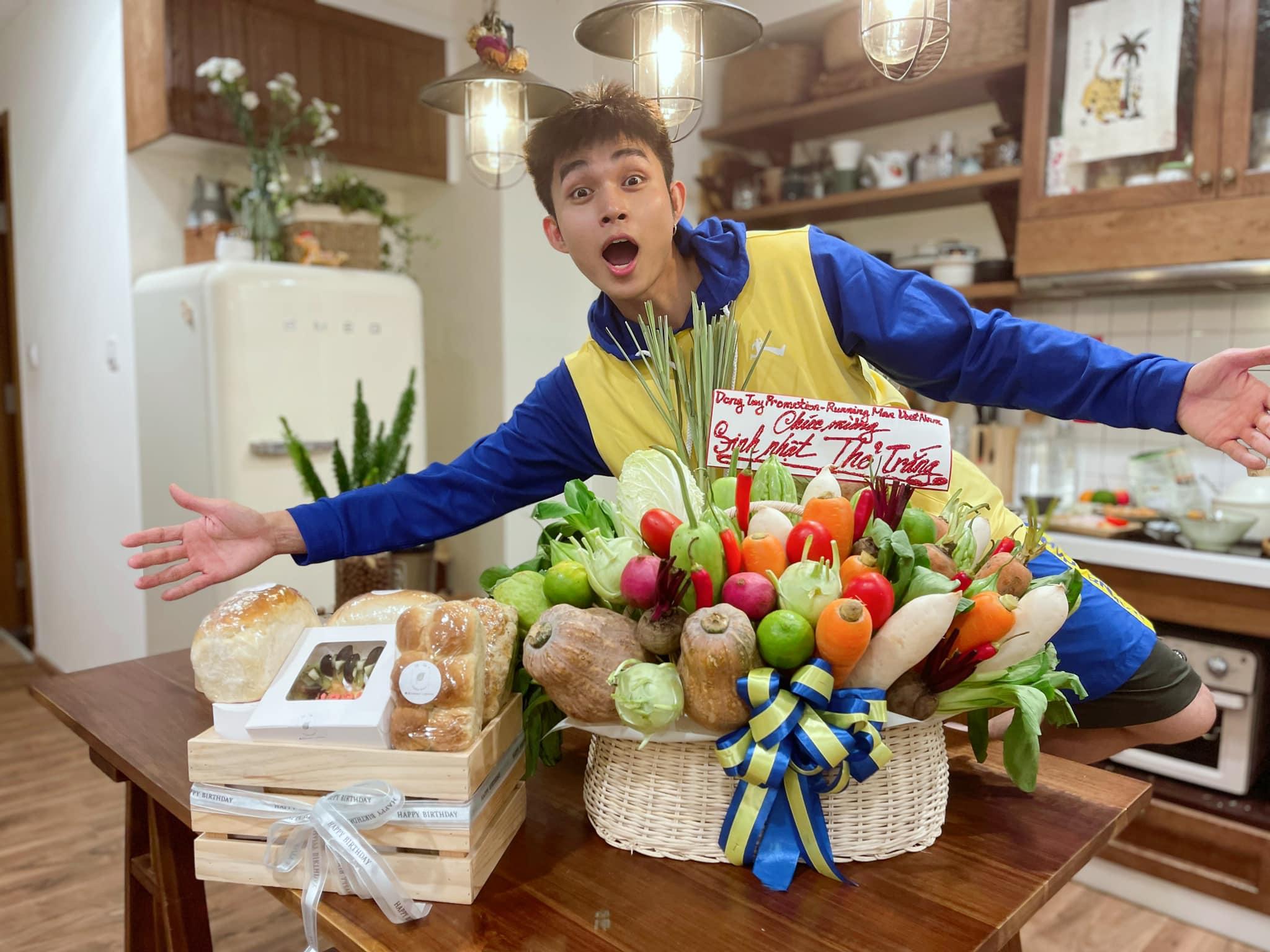 Đón sinh nhật trong những ngày giãn cách, Jun Phạm nhận được quà toàn thực phẩm.