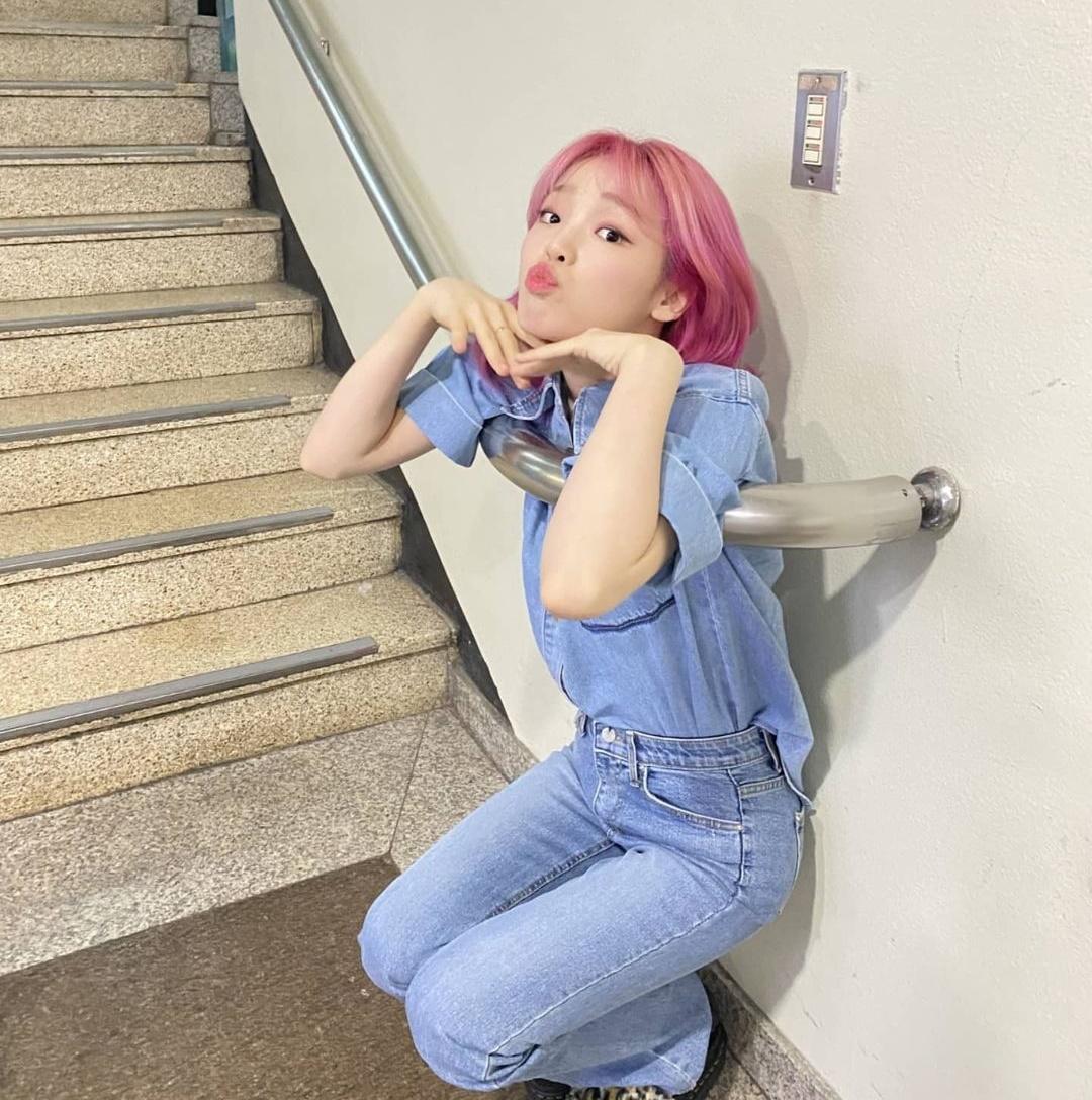 Seung Hee (Oh My Girl) nhỏ bé, chui lọt cả góc tay vịn cầu thang.