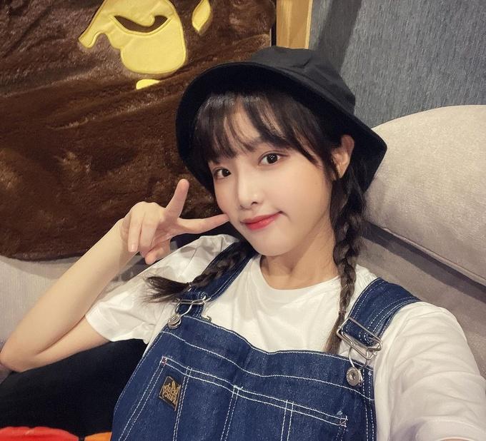 Mũ bucket kết đôi cùng tóc tết 2 bên, Choi Yena quá trẻ trung và đáng yêu khi xuất hiện.