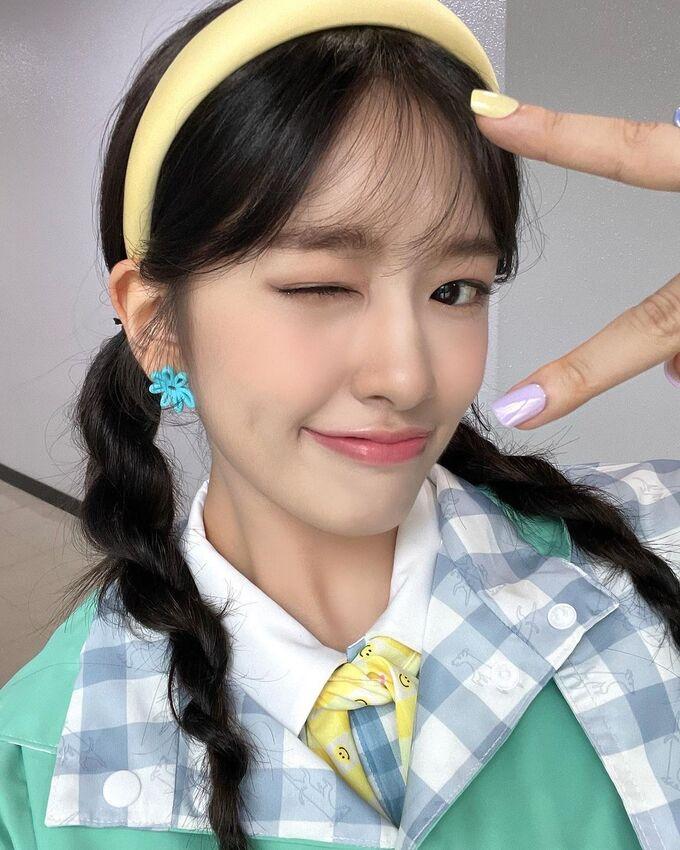 Ahn Yu Jin luôn để ý đến những món phụ kiện nhỏ để thu hút hơn khi xuất hiện. Sử dụng thêm băng đô cùng khuyên tai hoa lá với kiểu tóc hot, gương mặt của cô nàng hút chặt mọi ánh nhìn.