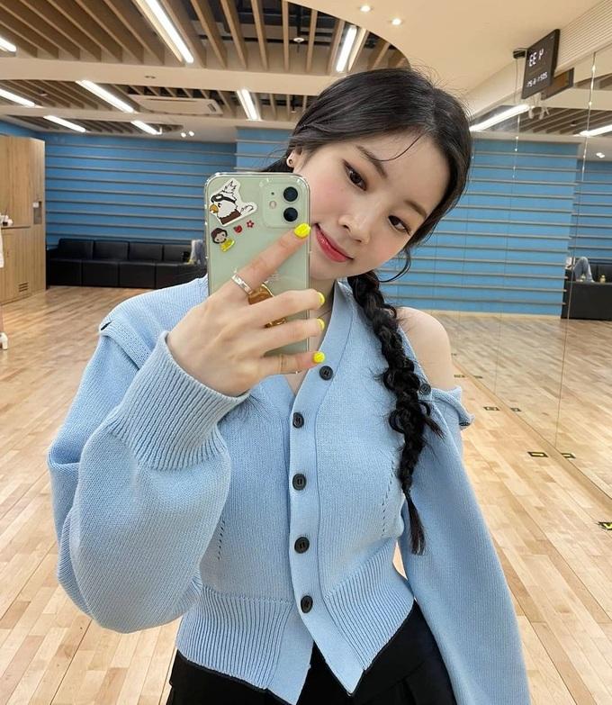 Da Hyun khẽ kéo nhẹ để tóc có độ rối nhất định để nhìn rất lạ mắt hơn.