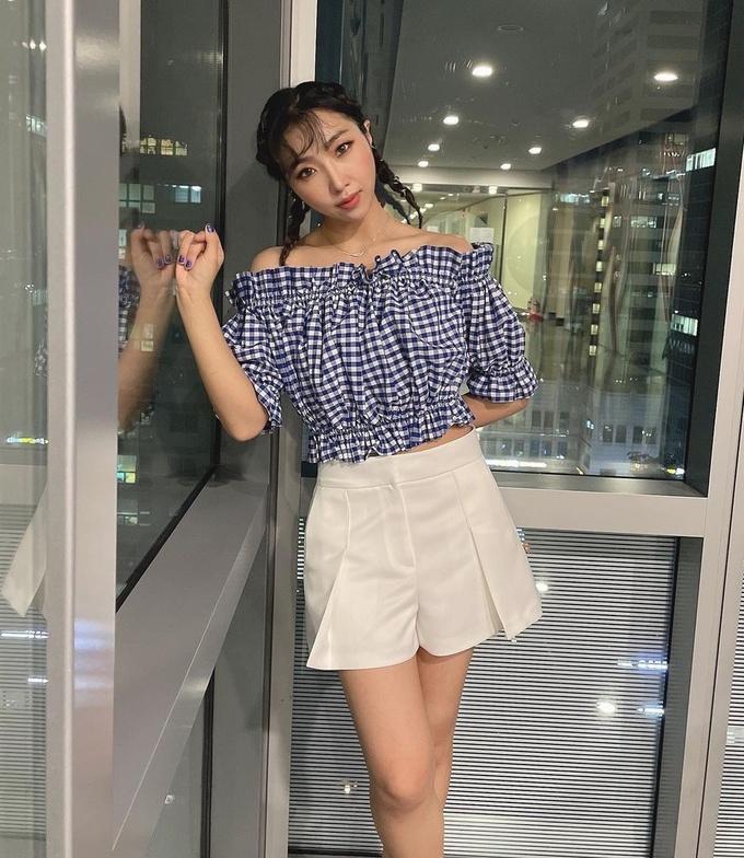 Gong Minzy tóc ngắn nhưng cũng có thể nổi bật với cách tết tóc cực đơn giản.
