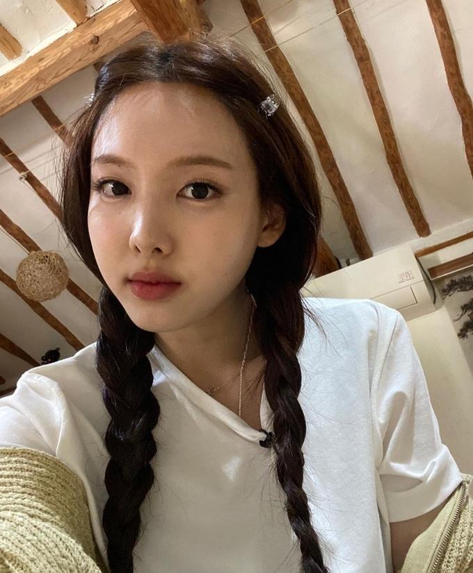 Na Yeon để mặt mộc nhưng vẫn thu hút nhờ mái tóc, cô sử dụng thêm cặp nhựa, vừa gọn gàng vừa thêm điểm nhấn.