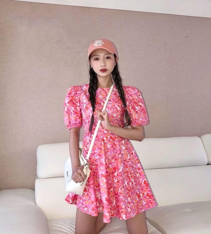 Su Jeong (Lovelyz) ngọt ngào với váy họa tiết dịu nhẹ, cô khéo tết tóc lỏng tay để nhìn dày hơn thực tế.
