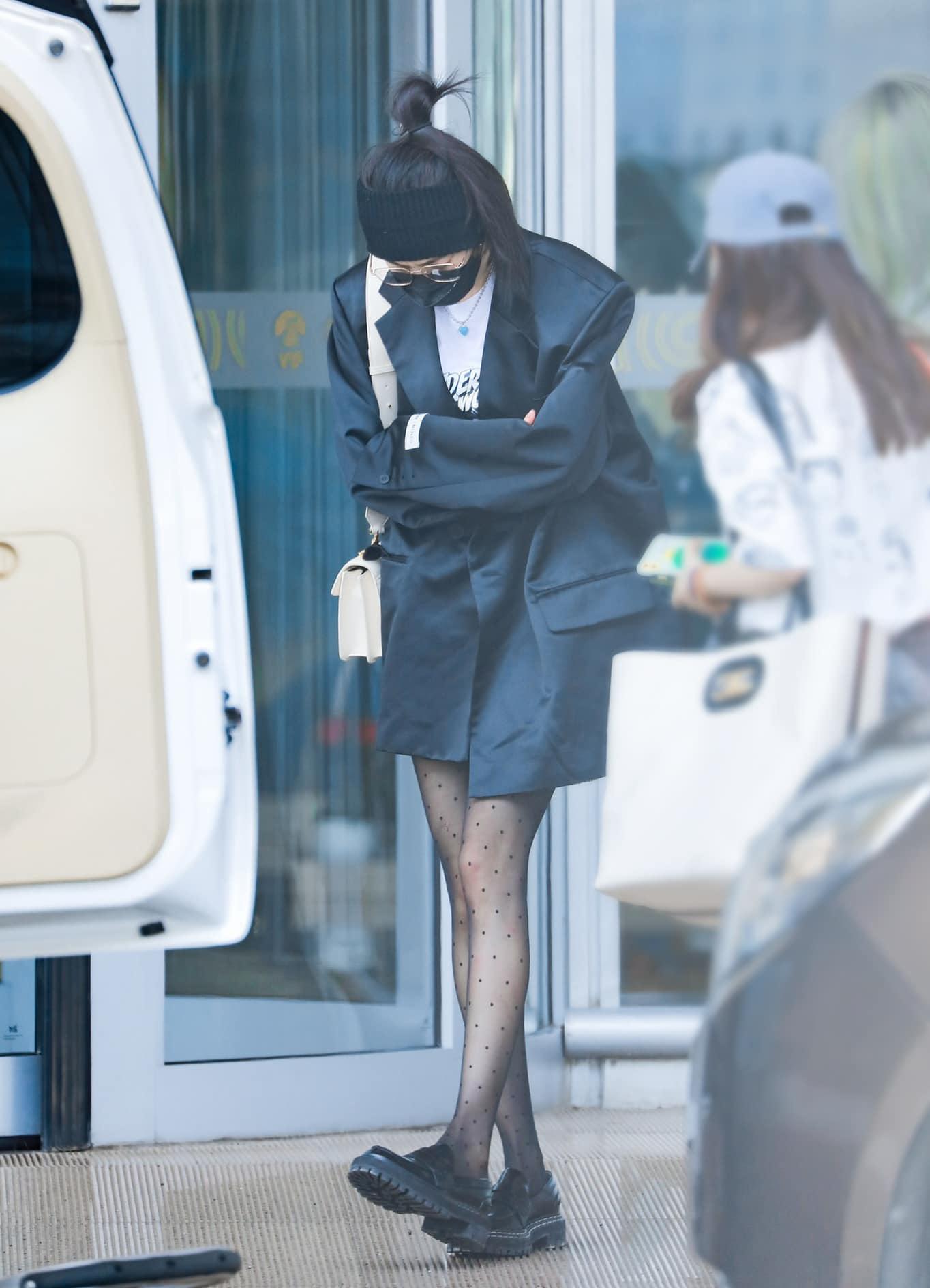 Có đôi chân thon, người đẹp thường xuyên diện váy ngắn hoặc thời trang giấu quần.