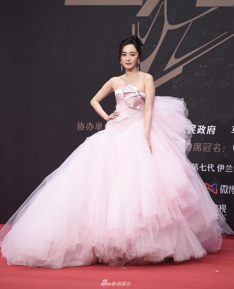 Ra sân bay luôn đẹp xuất sắc nhưng khi lên thảm đỏ, Dương Mịch lại có phong độ phập phù. Suốt năm 2020, cô nhiều lần bị chê là thảm họa thời trang thảm đỏ.