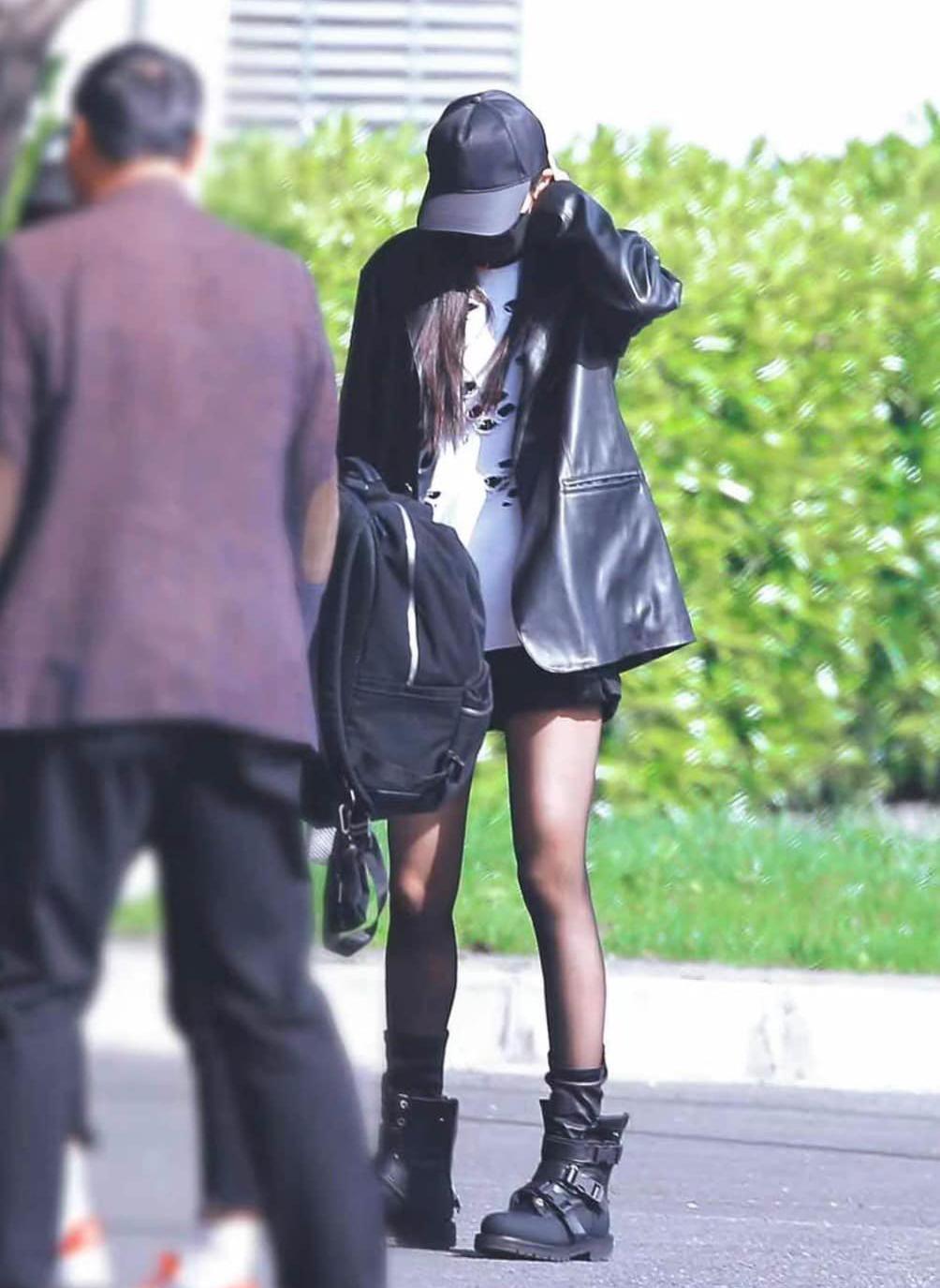 Kết hợp cùng blazer, nàng Hoa đán thường chọn những kiểu phụ kiện như túi đeo chéo nhỏ xinh, mũ lưỡi trai hay boots hầm hố nhằm tăng độ cá tính, trẻ trung.