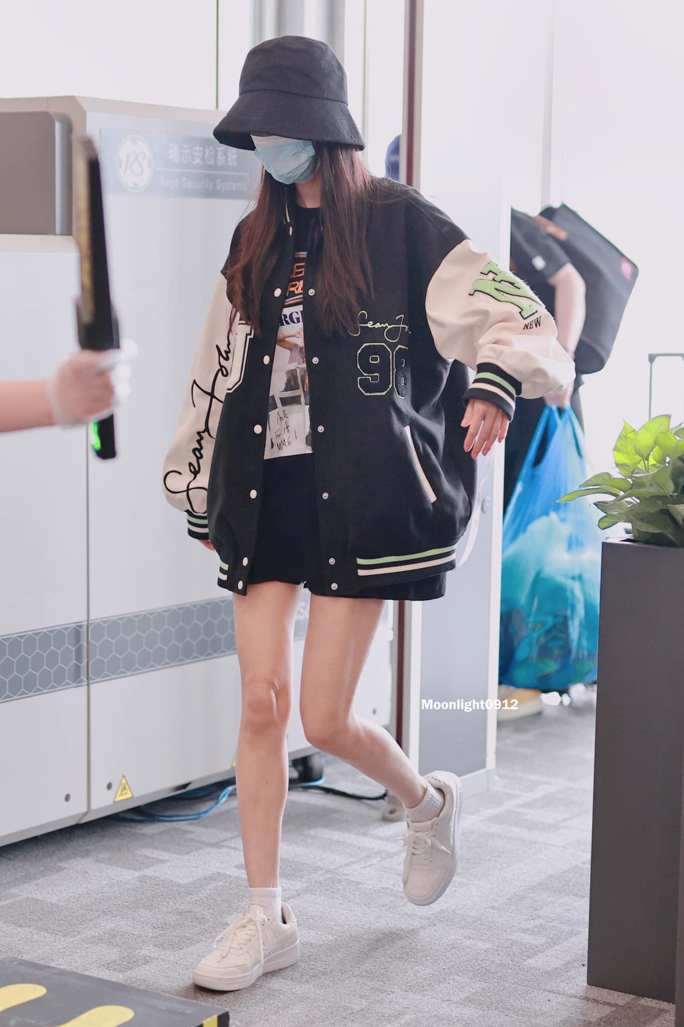 Nhiều năm nay, Dương Mịch vẫn được mệnh danh là nữ hoàng sân bay của Cbiz. Mỗi khi xuất hiện ở phi trường, nữ diễn viên luôn khoe những set đồ đẹp mắt và thời thượng.
