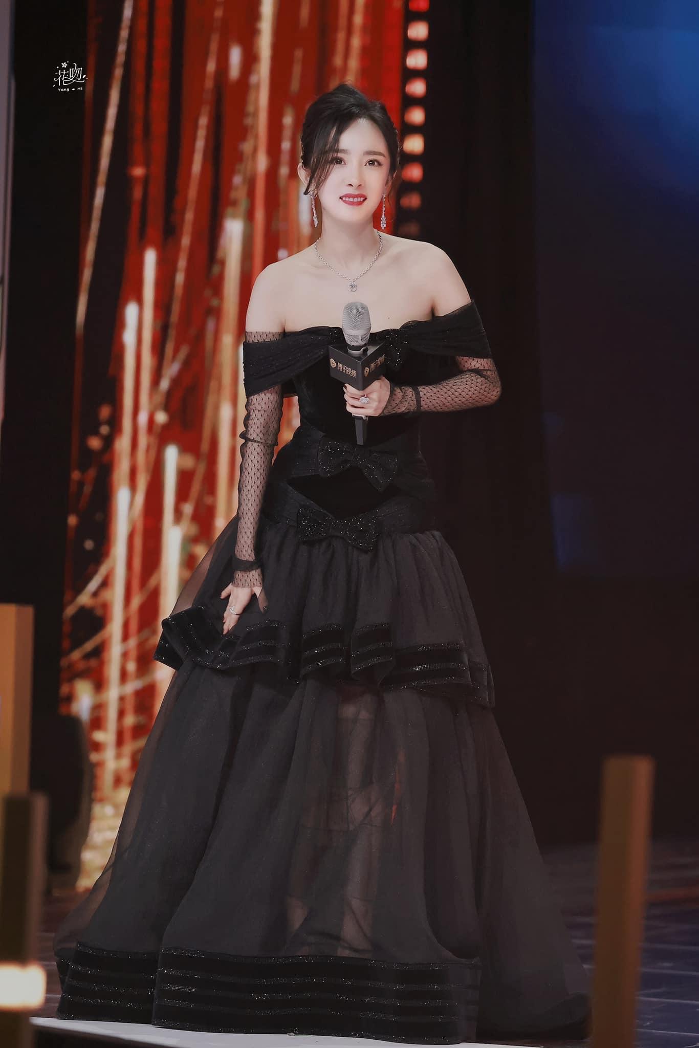 Trang phục dạ hội của Dương Mịch đang nhận hiệu ứng tích cực nhờ vẻ sang trọng, đẳng cấp. Người hâm mộ kỳ vọng thời gian tới, nữ diễn viên có thể giữ vững vị trí nữ hoàng thảm đỏ và cả nữ hoàng sân bay.