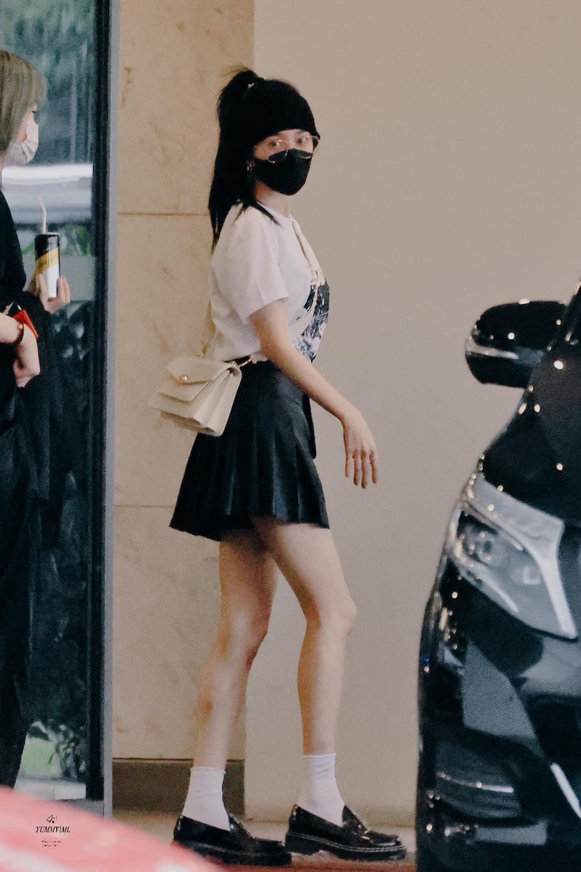 Ở tuổi 34, Dương Mịch vẫn có phong cách đời thường rất trẻ trung. Khi di chuyển, nàng Hoa đán thích những kiểu trang phục năng động, đặc biệt là hack tuổi chẳng khác gì sinh viên.