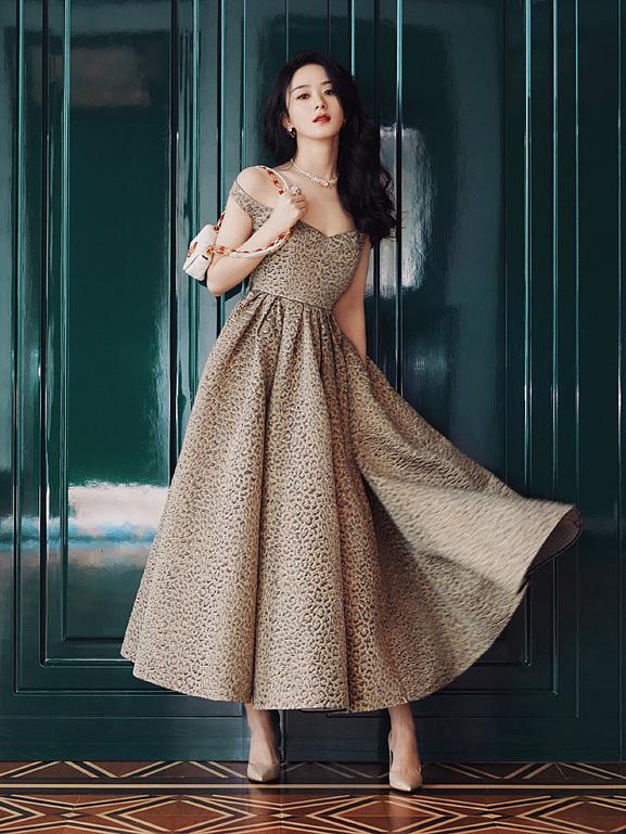 Tham dự sự kiện khai mạc triển lãm The Christian Dior: Designer of Dreams, Triệu Lệ Dĩnh chọn chiếc váy da báo, là look thứ 50 trong bộ sưu tập Dior Fall 2021 Ready To Wear