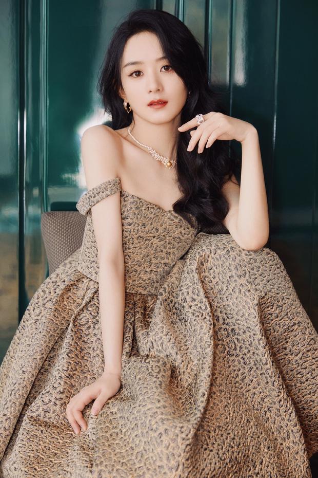 Trong loạt ảnh studio, Triệu Lệ Dĩnh được khen nhan sắc xứng tầm nữ thần. Ngay sau khi xuất hiện, từ khoá Triệu Lệ Dĩnh đầm da báo đã lọt No.6 hot search, netizen xứ Trung hết lời khen ngợi nữ diễn viên.