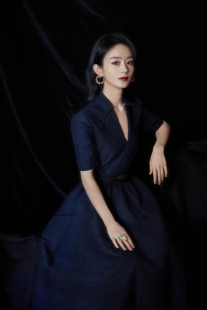Từ sau khi ly hôn, Triệu Lệ Dĩnh ngày càng xinh đẹp và thăng hạng phong cách. Nữ diễn viên có da có thịt hơn, đồng thời biết cách chọn trang phục phù hợp với vóc dáng nhỏ nhắn.