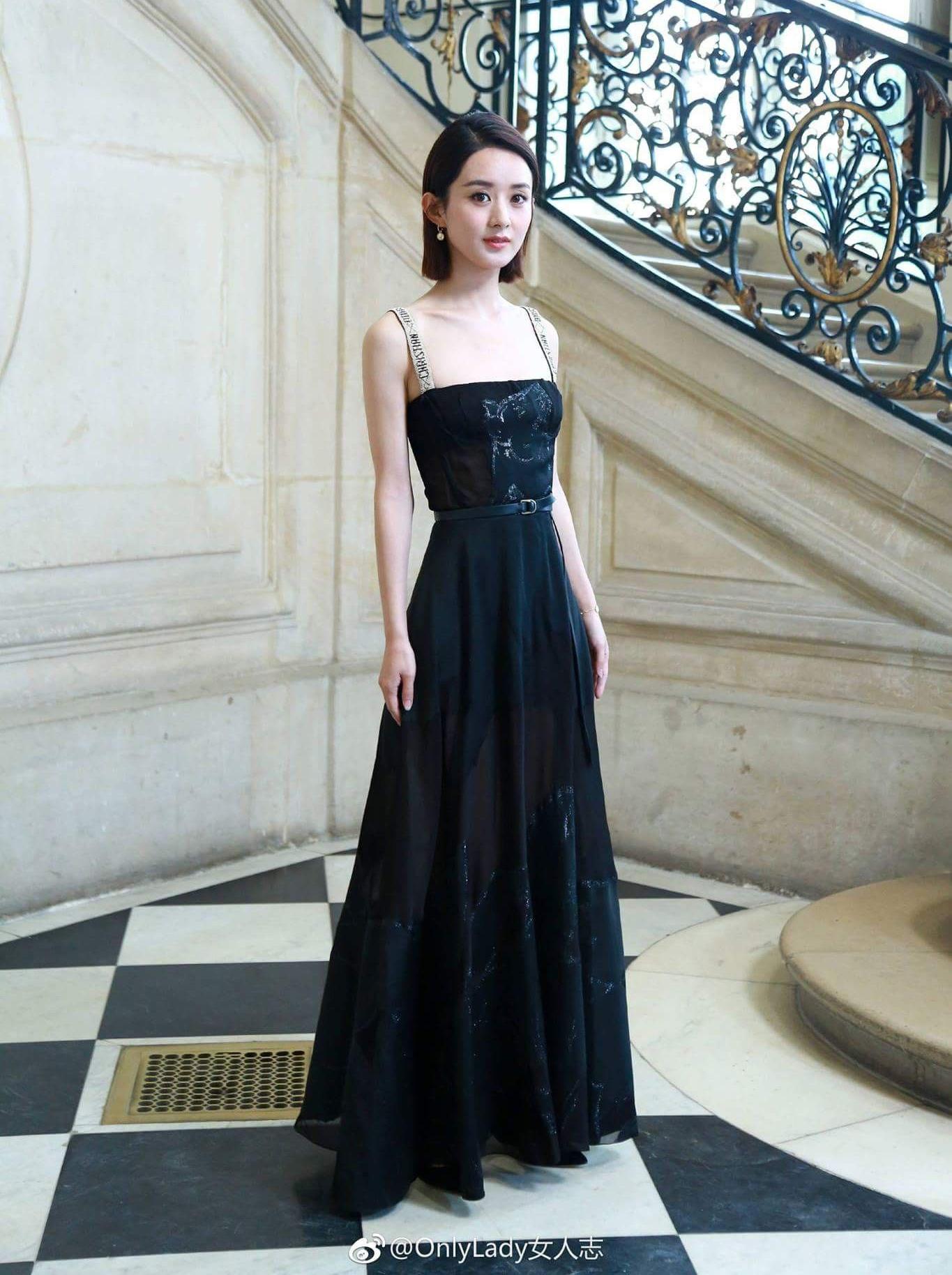 Trước đây nhiều năm liền, nàng Sam Sam vẫn bị chê là kẻ hủy diệt hàng hiệu. Nhiều lần cô gây tranh cãi với mác đại sứ vì mỗi lần diện Dior đều bị ví von là hàng chợ, hàng Taobao.