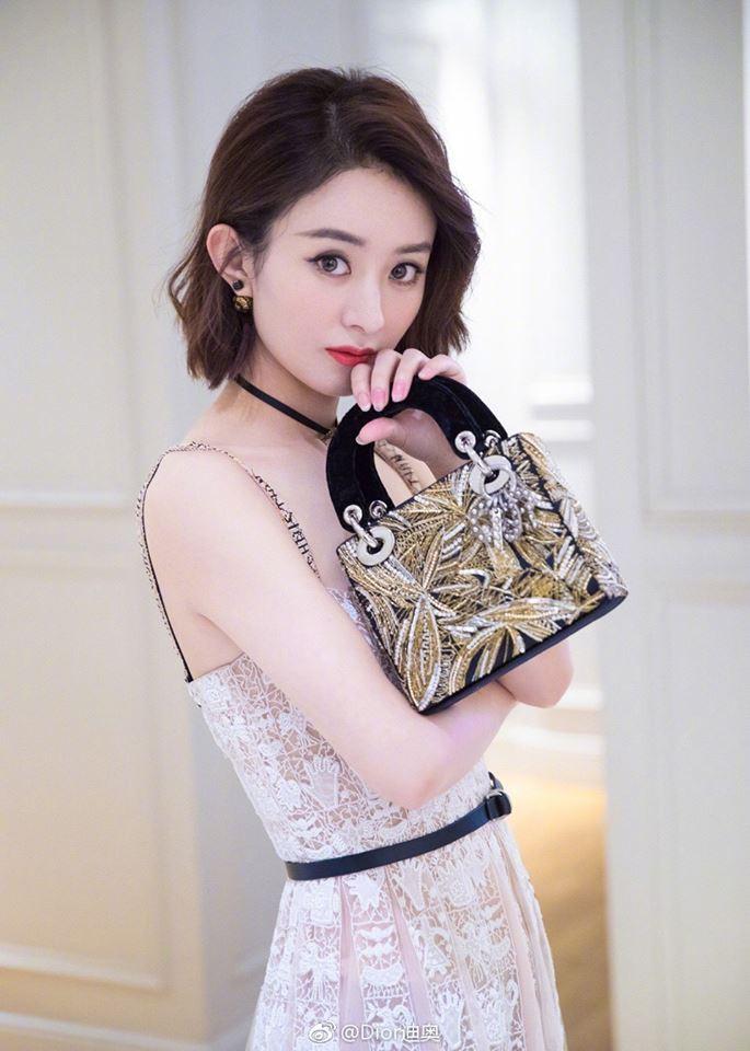Nhiều người chê nhìn Triệu Lệ Dĩnh quảng bá hàng hiệu không muốn mua vì khi cô khoác lên mình, những món đồ cao cấp trở nên rất xì tin, tầm thường.