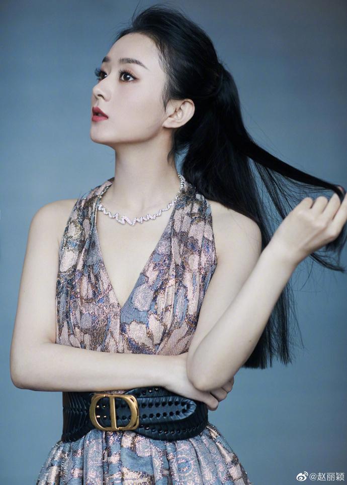 So sánh với những đại sứ khác của Dior, người đẹp thường xuyên bị chê lép vế cả về phong cách và khí chất, không toát lên được nét quý phái, thanh cao.