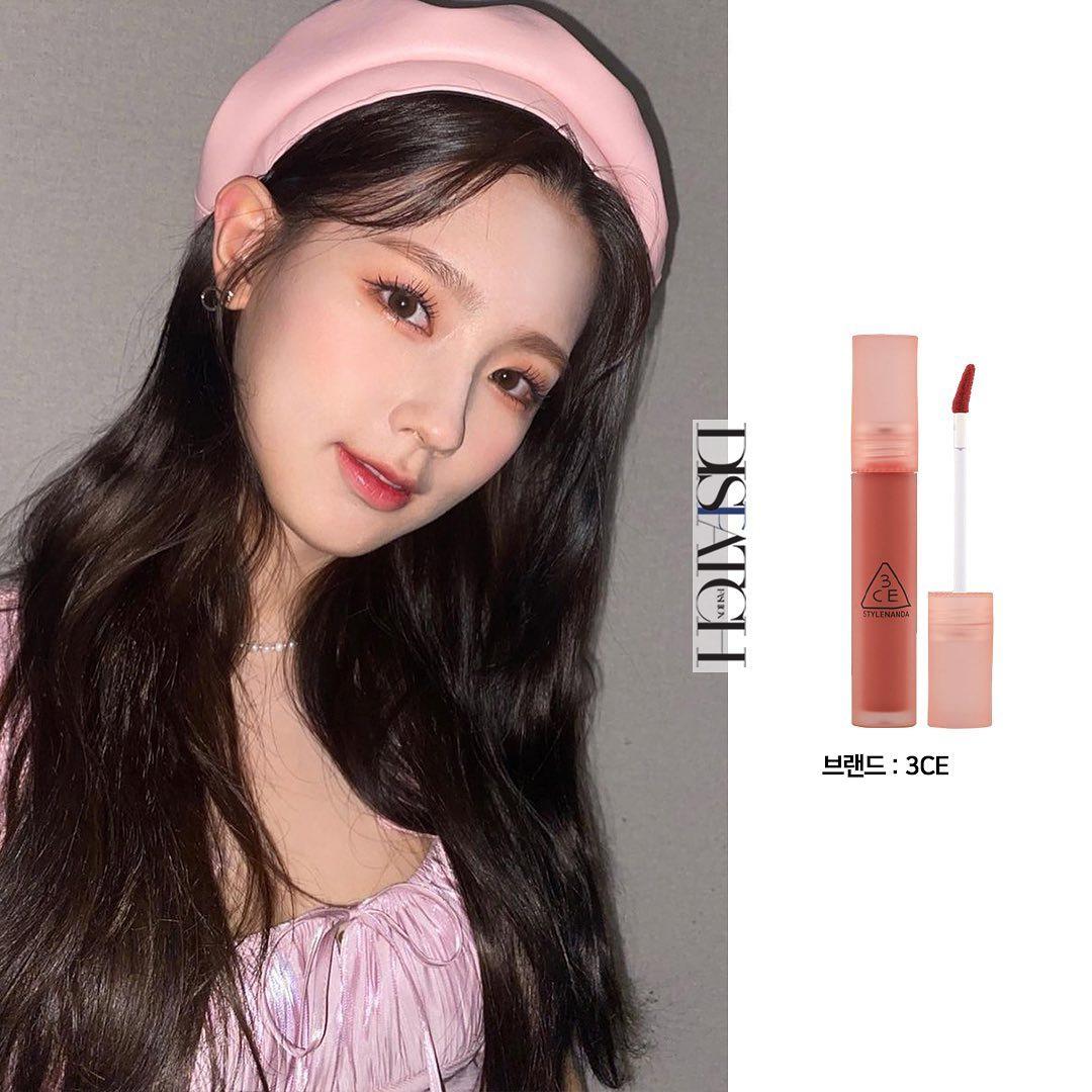 Mi Yeon thường được chuyên gia trang điểm theo phong cách rạng rỡ, tươi tắn với đôi môi màu sắc nổi bật. Nữ idol ít khi sử dụng son môi high end đắt đỏ mà ngược lại, gắn bó với các nhãn hiệu bình dân. Cây son 3CE Blur Water Tint màu Color Moon được chuyên gia tô cho Mi Yeon theo kiểu trong đậm ngoài nhạt, tạo nên diện mạo trẻ xinh như búp bê.