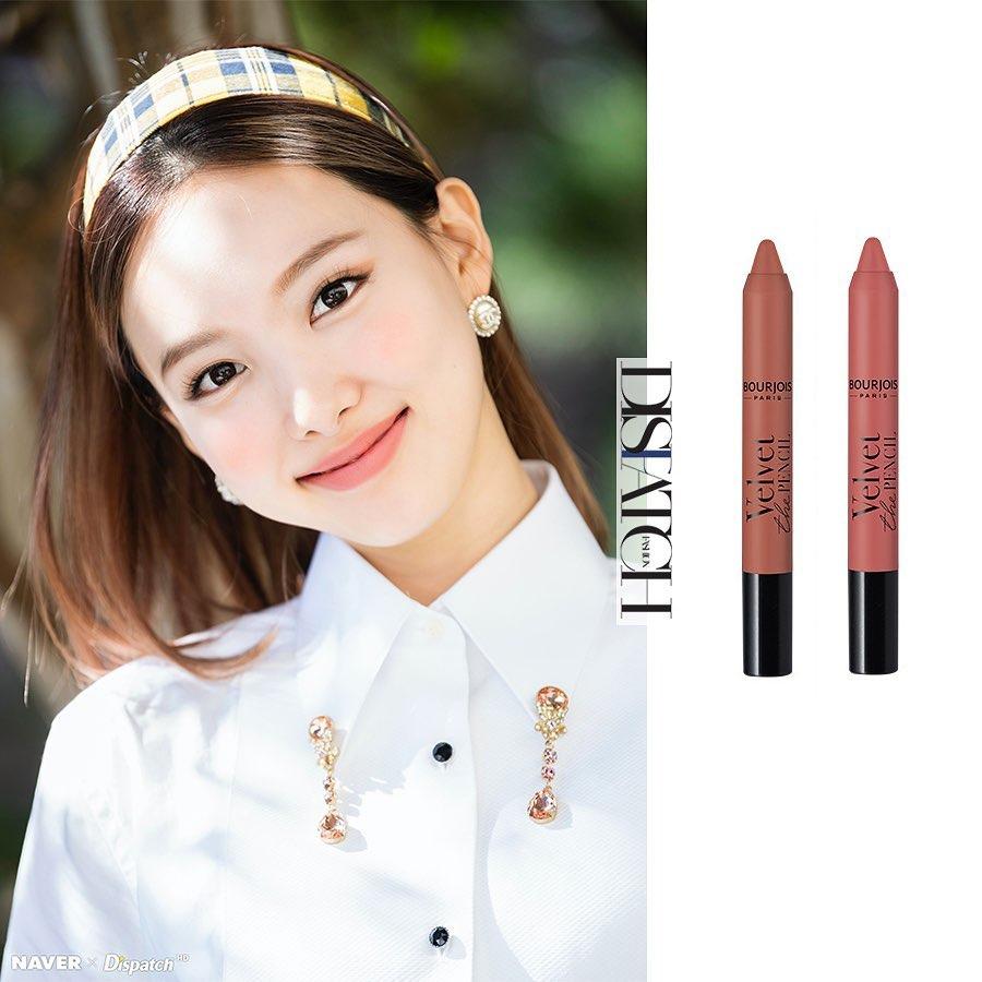 Nữ idol còn lăng xê cây Bourjois Paris Velvet The Pencil với chất son kem rất mượt, tạo đôi môi lì mịn. Na Yeon sử dụng 2 màu 02 và 03 với gam cam đất trẻ trung, hiện đại.