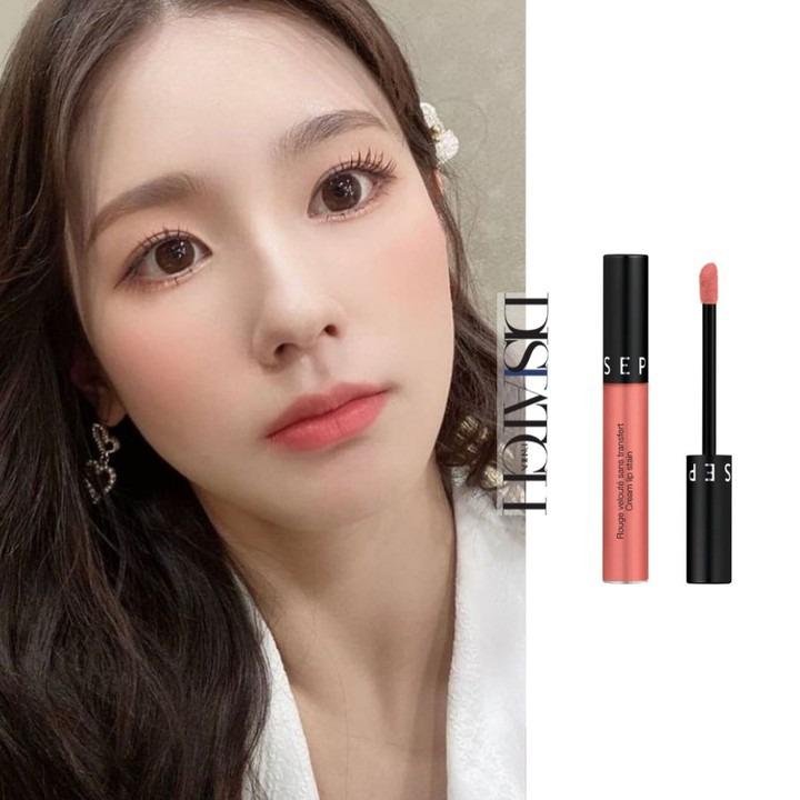 Màu hồng cam san hô nhẹ nhàng, tươi tắn được khen rất hợp với dung mạo của Mi Yeon.  Cream Lip Stain Liquid Lipstick