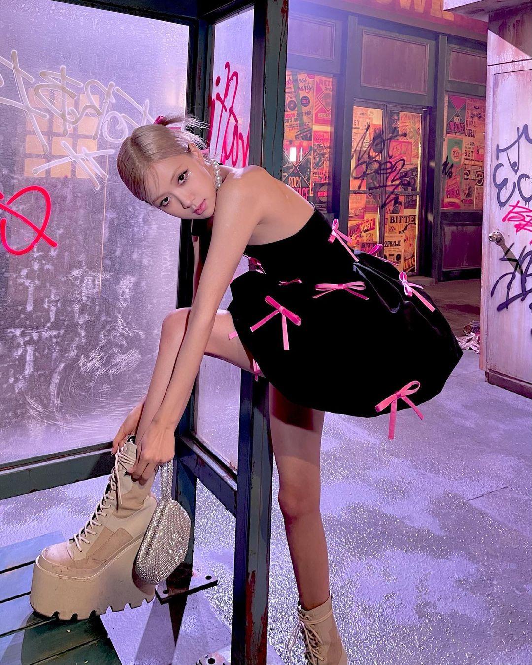 Trong bộ tứ Black Pink, Rosé không chỉ là thành viên cao nhất mà còn là người sở hữu đôi chân mảnh khảnh nhất. Dù có đôi chân nhỏ xíu, nữ idol lại có sở thích ngược đời là những đôi giày to oạch với phần đế khủng.