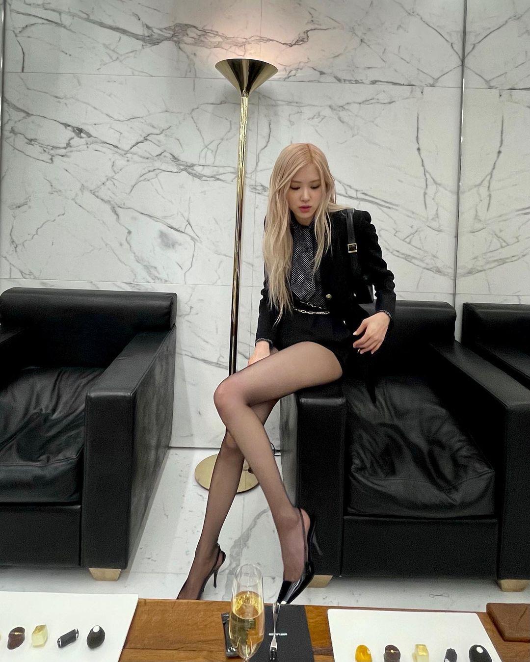Với giày cao gót, các thiết kế mũi nhọn, gót nhọn nhẹ nhàng cũng phù hợp với vóc dáng và giúp Rosé tôn chân hơn hẳn.