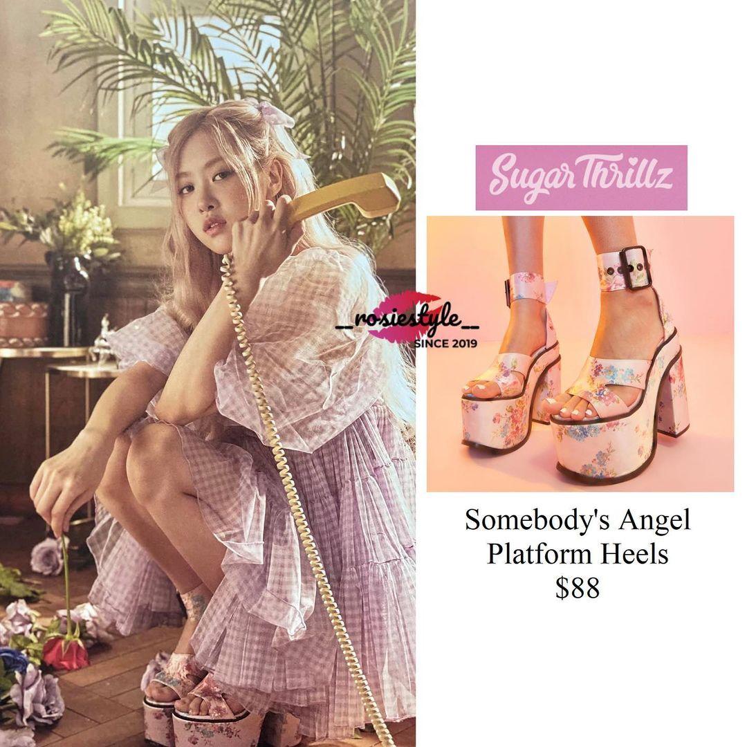 Những đôi giày quá nặng nề khiến đôi chân vốn đã gầy guộc của Rosé trông càng thêm thiếu sức sống.