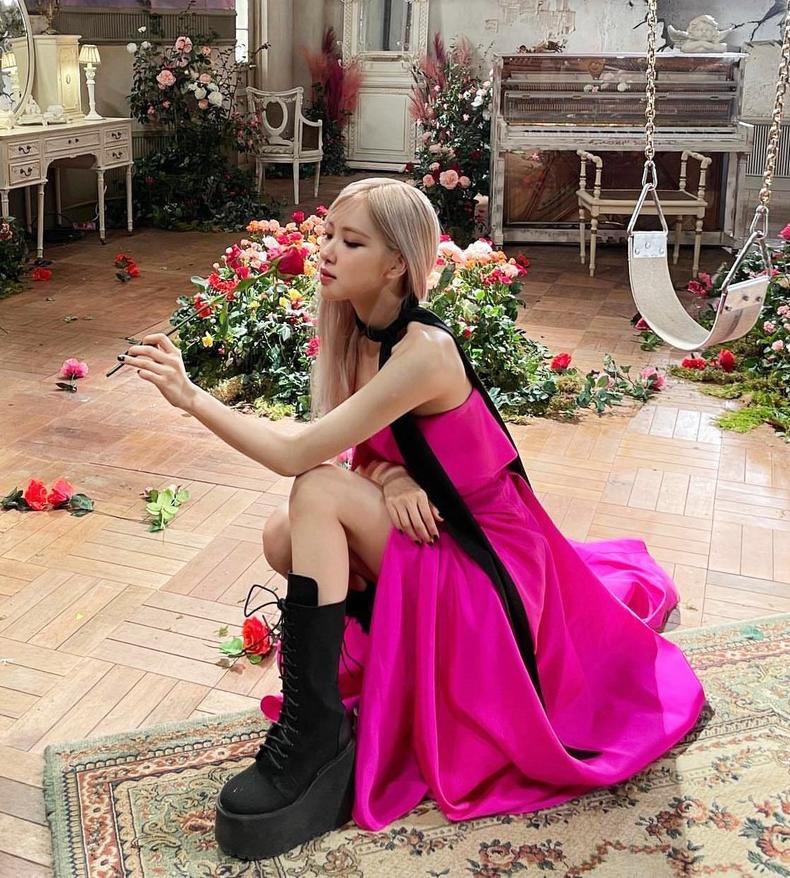 Dù mặc váy áo bánh bèo điệu đà, Rosé vẫn thích tạo nét cá tính bằng những đôi giày platform với phần đế cả chục cm, đôi lúc xấp xỉ 20 cm.