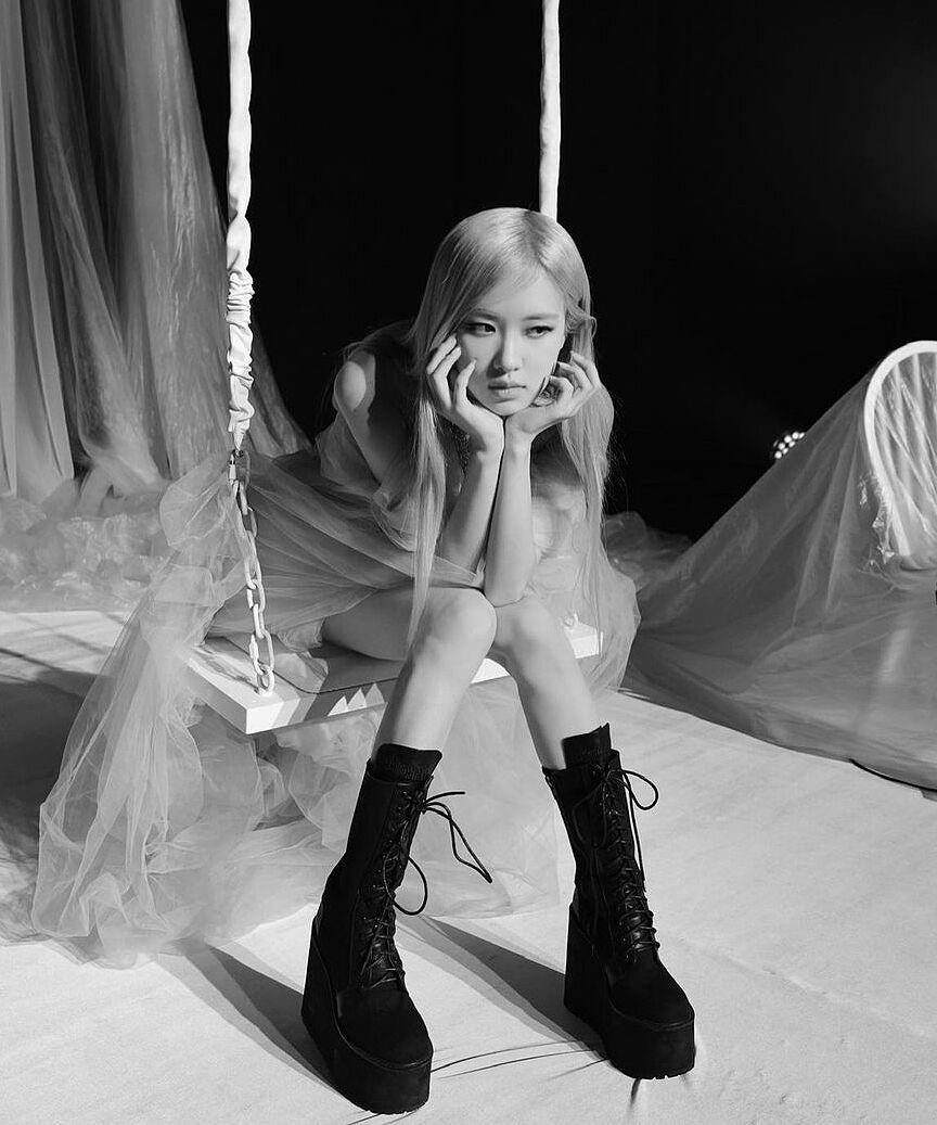 Khi diện những đôi giày khủng bố này, đôi chân khẳng khiu của cô nàng càng bị lộ rõ. Giày quá to cũng khiến Rosé có phần bị nuốt dáng.