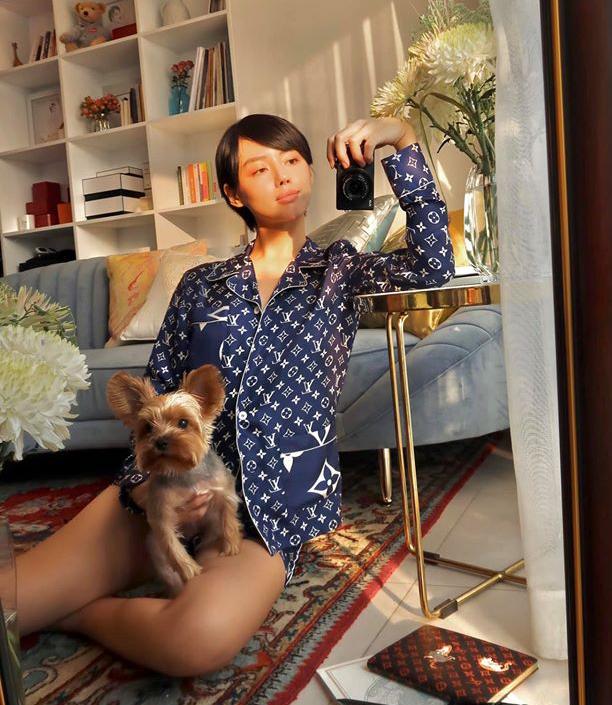 Hà Hồ không phải là sao Việt mạnh tay nhất khi sắm đồ bộ đi ngủ. Khánh Linh cũng từng mạnh tay tiêu gần 70 triệu đồng để sở hữu set pyjama của Louis Vuitton.