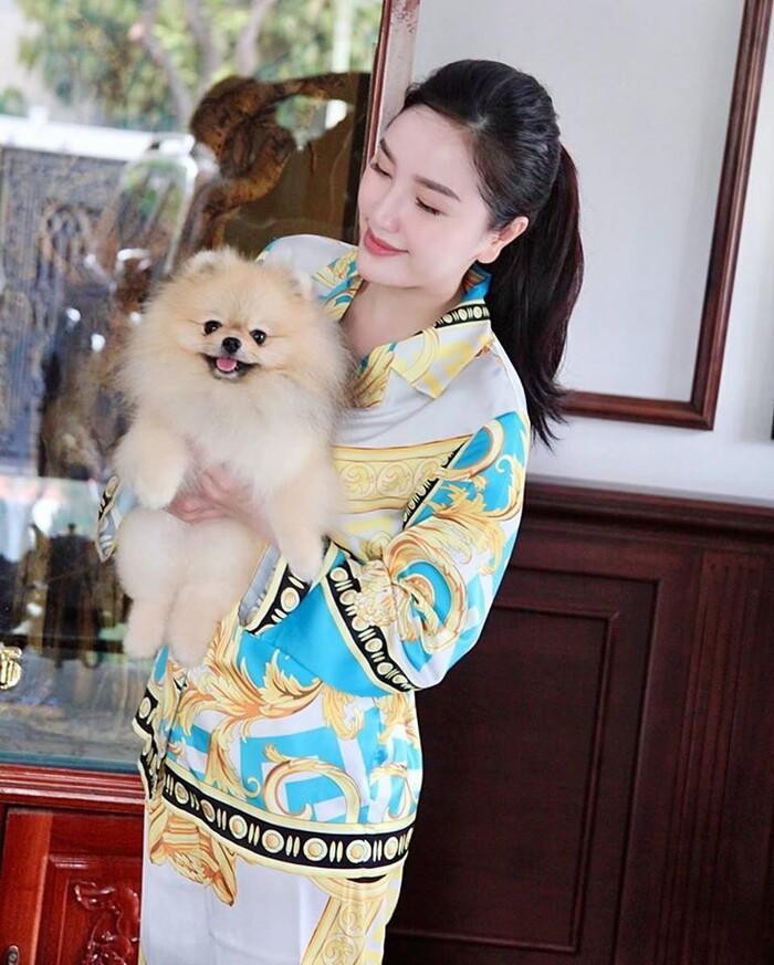 Nổi tiếng là tín đồ hàng hiệu, Bảo Thy cho thấy độ mạnh tay khi còn chi hơn 50 triệu đồng để sắm pyjama mặc nhà của Versace.
