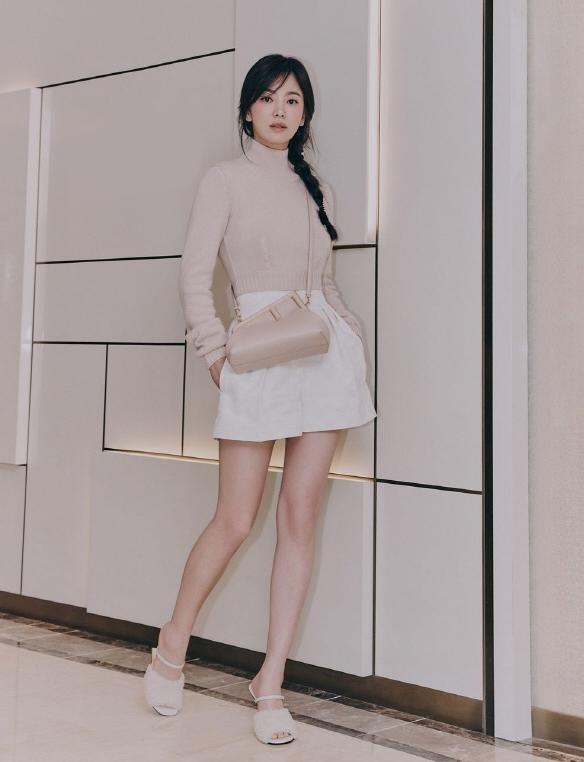 Tham dự sự kiện mới đây của Fendi, Song Hye Kyo gây sốt với dung mạo xinh đẹp, trẻ trung như mới đôi mươi. Chị đại Kbiz chứng minh gu thời trang đẹp bền vững theo thời gian với cây đồ màu trắng be thanh lịch, tôn dáng.