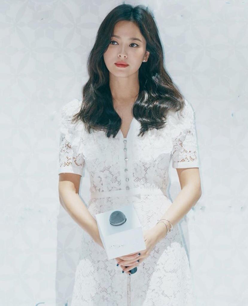Chỉ cần một chiếc váy chữ A đơn giản cùng kiểu tóc suông nhẹ, Song Hye Kyo đã được ca tụng là tuyệt sắc giai nhân.