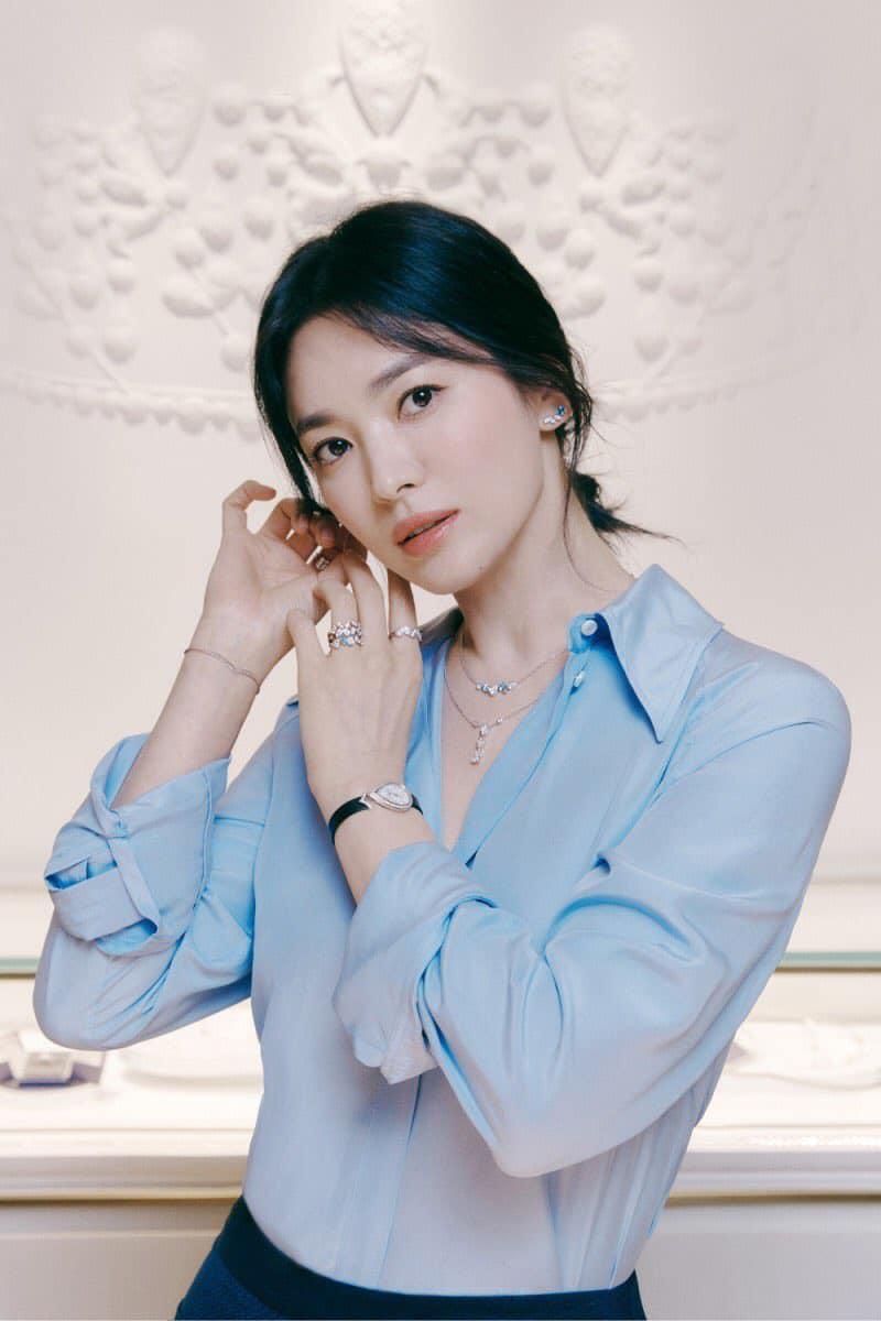 Nổi tiếng với phong cách thanh tao, trang nhã, Song Hye Kyo từ trước đến nay hiếm khi mặc đồ lồng lộn đi sự kiện. Ngược lại, người đẹp trung thành với những kiểu váy áo tối giản, màu sắc nhẹ nhàng.