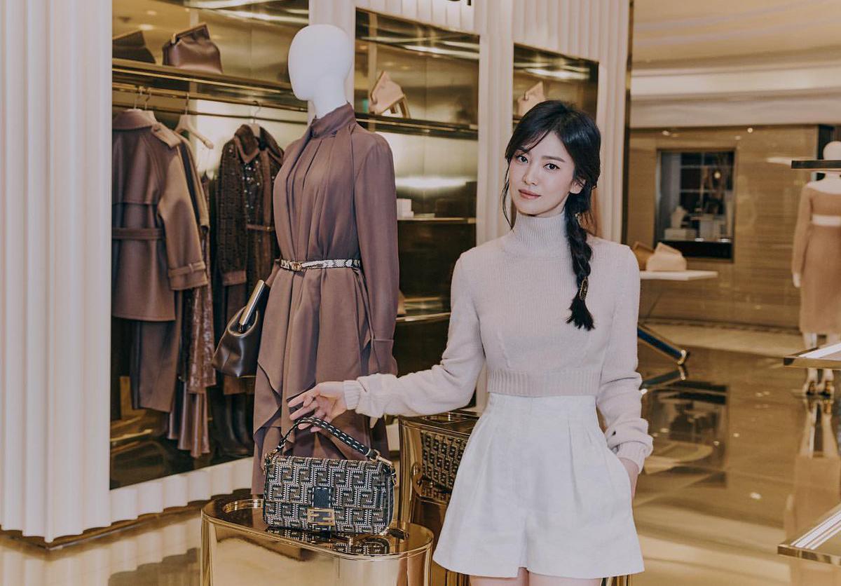 Chẳng cần ăn vận cầu kỳ, Song Hye Kyo cho thấy khí chất ngút ngàn xứng tầm đại sứ thương hiệu.