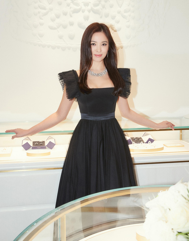 Song Hye Kyo rất ít khi xuất hiện ở các sự kiện. Cô chỉ tham gia event của những nhãn hàng cao cấp mà mình đang làm đại sứ. Kén chọn sự kiện nên mỗi lần tái xuất, nàng minh tinh đều gây xôn xao.