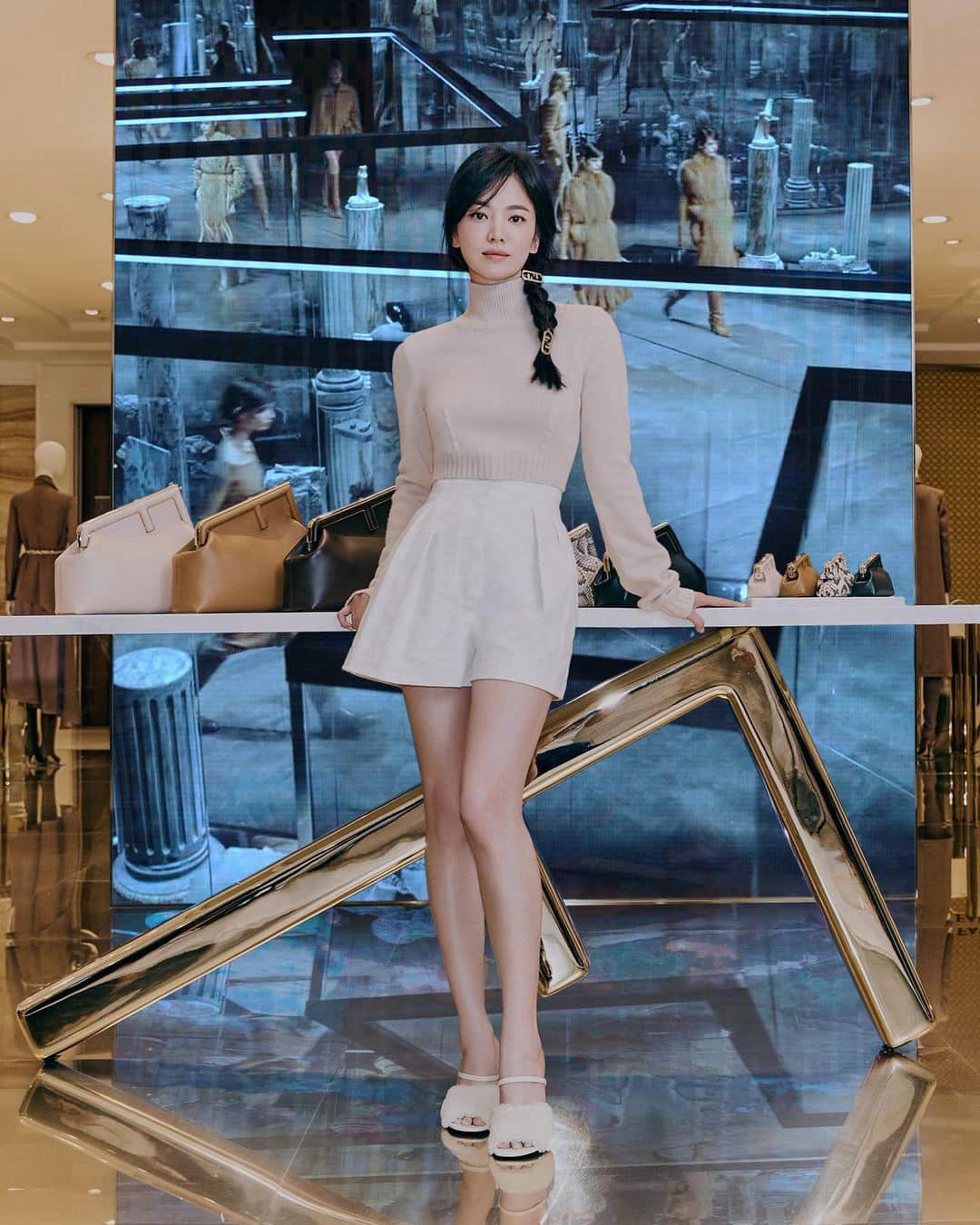 Kết hợp áo cổ lọ, quần shorts và giày cao gót nhẹ nhàng, Song Hye Kyo không thể đơn giản hơn những vẫn toát lên nét đẳng cấp, sang trọng. Kiểu tóc tết lệch kẹp nhỏ làm điểm nhấn của nữ diễn viên cũng được khen ngợi vì giúp cô tôn vinh nhan sắc hack tuổi.