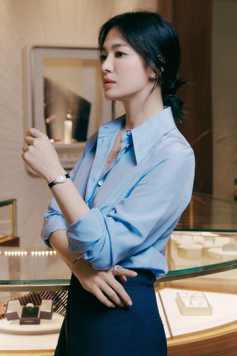 Dự sự kiện của Chaumet, Song Hye Kyo được khen là nữ thần sơ mi với trang phục đậm chất style công sở nhưng vẫn khoe trọn vẹn thần thái đỉnh cao.